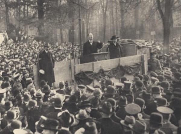 Karl Liebknecht während einer Ansprache im Tiergarten, Dezember 1918