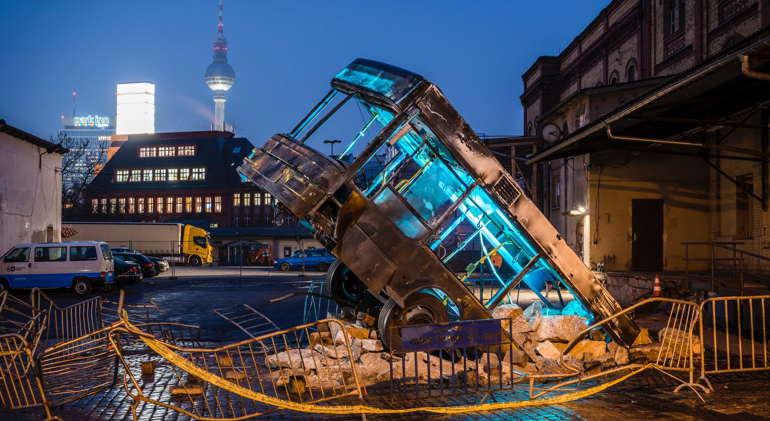 Kunstwerk Unfall Bus bei Nacht auf Bötzow © FTWild