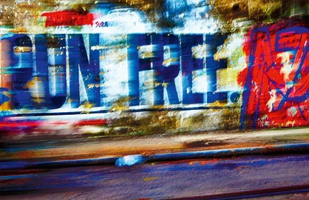 Foto bunte Mauer mit Schriftzug Run Free im Vorbeifahren