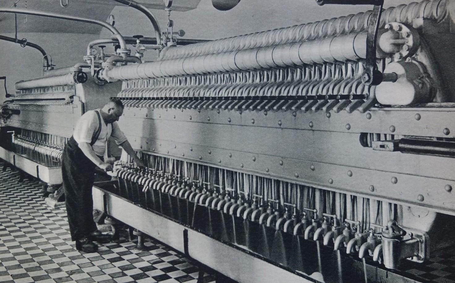 Mann an der Maischfilteranlage einer Brauerei, historische Aufnahme