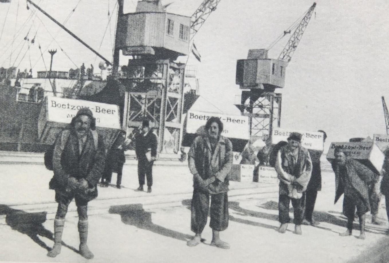 Arabien-Transport, Bötzow-Bier auf Reisen, historische Aufnahme Hafen, Männer mit Transportkisten