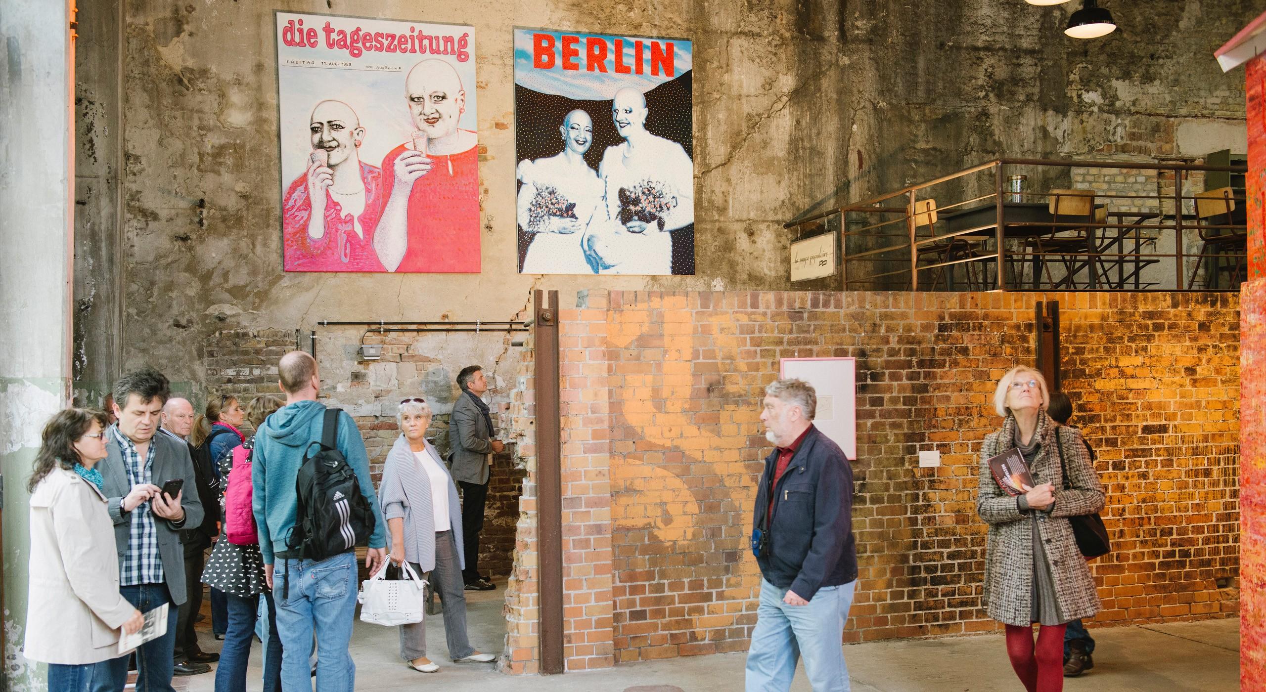 Menschen auf der Ausstellung 'FUTURING' im April 2013 auf dem Gelände der ehemaligen Bötzow-Brauerei Berlin