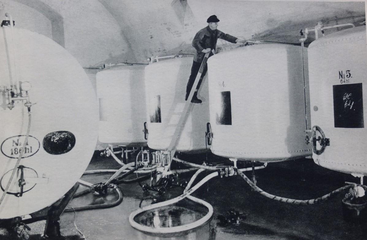 Historische Aufnahme der Abfülltanks in der Bötzow-Brauerei Berlin, Mann auf der Leiter am Tank