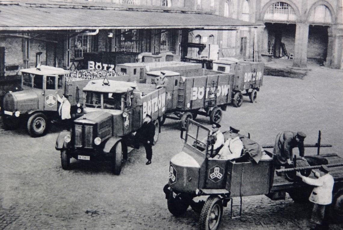 Fuhrpark auf dem Areal der Bötzow-Brauerei Berlin, historische Aufnahme