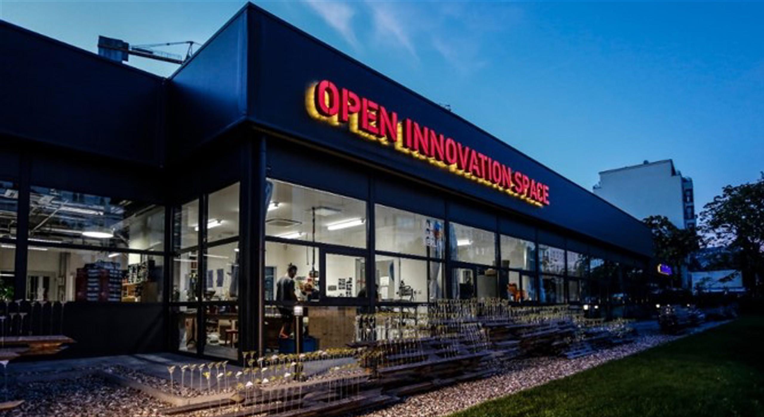 Außenaufnahme Open Innovation Space Bötzow Berlin am Abend
