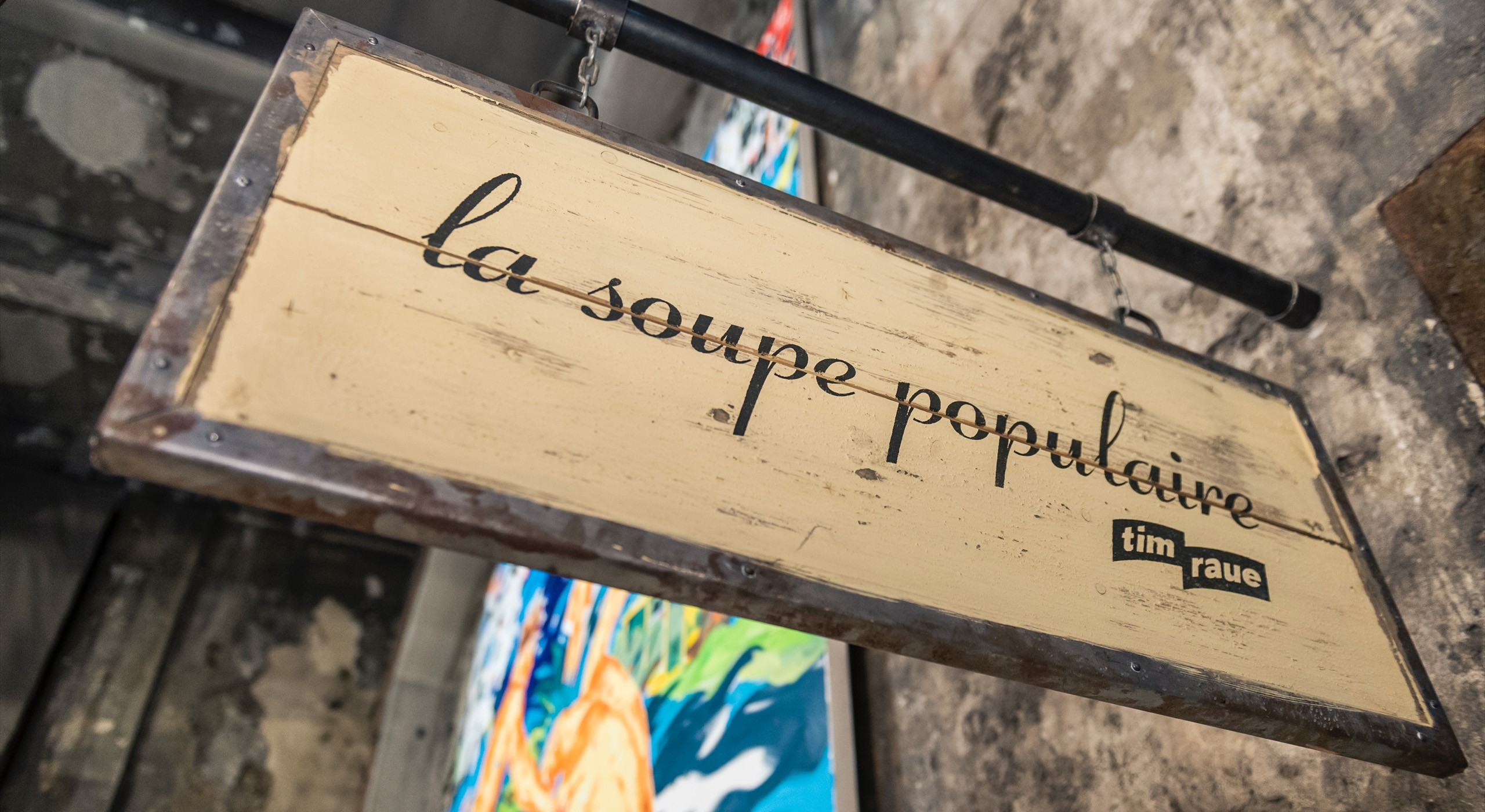 Nasenschild La Soupe Populaire aus der Froschperspektive fotografiert © FTWild
