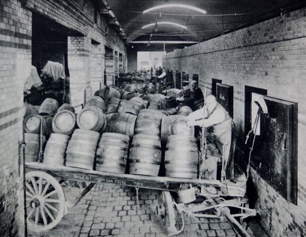 Bierkutschen auf der Laderampe, historische Aufnahme Bötzow-Brauerei Berlin