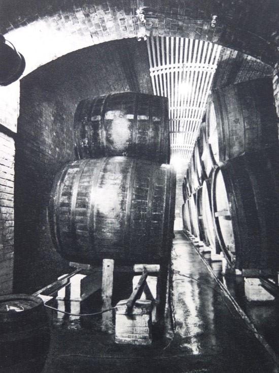 Holzfässer in den Lagerkellern der Bötzow-Brauerei Berlin, um 1935